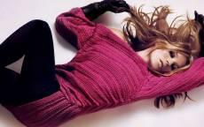 Британская супермодель и актриса Кэтрин Энн Мосс лежит на белом полу.