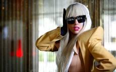 Американская певица, артистка, Леди Гага, белый парик, желтый плащ, черные очки