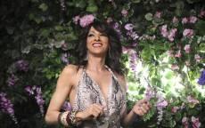 Израильская певица Дана Интернэшнл в саду с цветами