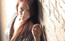 Фото Линдси Лохан у кирпичной стены.