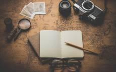 Старая карта, блокнот, карандаш, очки, лупа, старый фотоаппарат