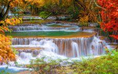 Многоуровневый водопад в осеннем лесу