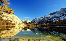 Большое прозрачное озеро в горах