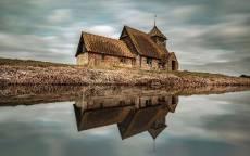 Осень, дом на берегу реки