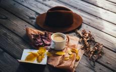 Осень, сухие листья, чашка кофе, шляпа, салфетка