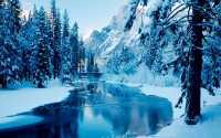 Горная речка в заснеженных горах