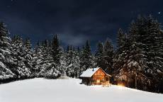 Избушка, дом деревянный, зима, снег, лес, вечер, свет в окне, уют
