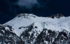 Зима, снег, горы, ели, черное небо, холод