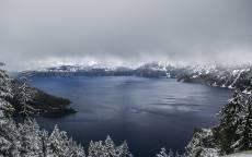 Зима, озеро, лед, снег, серое небо, горы