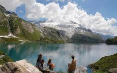 Семья путешественников на озере