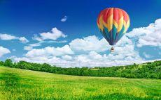 Воздушный шар над весенним полем