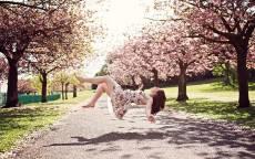 Парящая девушка в весеннем парке