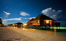 Пляжные домики на берегу тропического моря