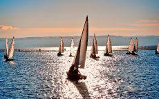 Яхты на закате красивого солнца