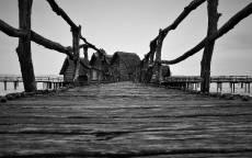 Старый деревянный мост и дома