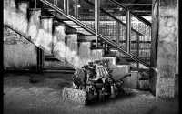 Черно белая фотография автомобильный двигатель просит о помощи.