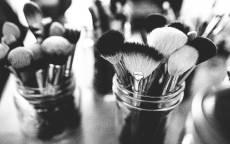 Черно белое, салон красоты, кисти для макияжа, косметика