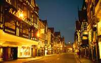 Освещенная улица старого города