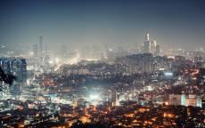 Ночной мегаполис в тумане.
