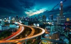 Ночной мегаполис, освещенная автомобильная дорога