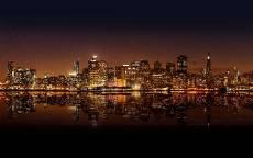 Ночной город, огни большого города, отражение в реке