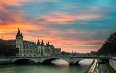 Париж, готический дворец, каменный мост, река, машины, вечер