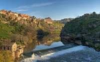 Португалия, старый город на реке Тахо, горы