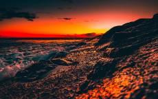 Закат на фоне волн