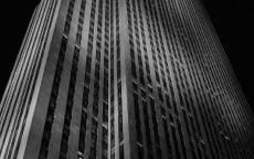 небоскреб на черном фоне