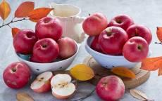 Красные яблоки в белых чашах