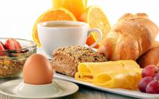 Красивый завтрак, кофе, яйцо, сыр, фрукты, круасан, мюсли