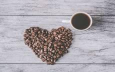кофе, кофейные зерна, сердце, белый деревянный стол, белая чашка