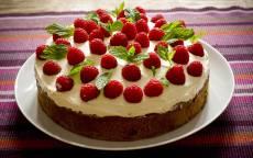 Десерт, бисквитный торт с малиной
