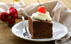 Десерт, шоколадное пирожное с вишней