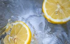 Еда, лимоны, вода, брызги