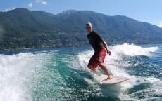 Серфинг на фоне гор