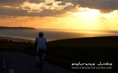 Триатлон велосипедист на закате